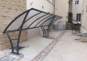 Abri extérieur pour vélo moto avec toiture courbe - Longueur : 4000 mm, fixation au sol sur platine