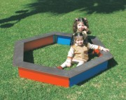 Bac à sable en bois pour enfants - Dimensions (L x P x H) cm : 145 x 167 x 21