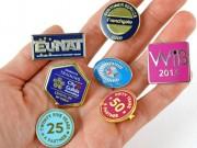 Badge estampé avec émail synthétique - Matière du badge : métal (cuivre, fer ou laiton)