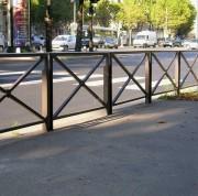 Barrière croix de ville - Montants latéraux, lisse et croix : tube de 30 x 30 mm.