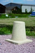 Borne en béton H 40 cm - Diamètre : 23 cm en tête, 30 cm en base