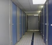 Cabines sanitaires compact stratifié pour milieux humides - Hauteur de porte :1897 mm - Vide au sol de 150 mm