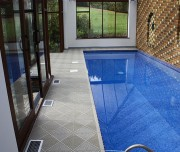 Caillebotis piscines - Fabrication suédoise - Élégance Scandinave - Balcons et terrasses. Contours de piscine. Spas et Saunas. Les dalles apportent confort, résistance et longévité pour toutes les zones humides ou extérieures.