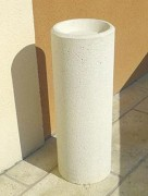 Cendrier colonne en béton - Dimensions : (hauteur x diamètre ) : 75 x 25 cm.