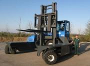 Chariot élévateur thermique multidirectionnel - Capacité : 25 000 kg
