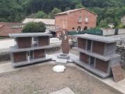 Columbarium en forme de colonnes avec jardin du souvenir - Structure en granit massif poli - Modulable