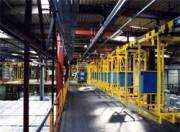 Convoyeur aériens de palettes motorisé - Etriers en aluminium espacés d'env. 3 m