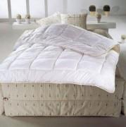 Couette hotel bi matière - Dimensions (cm) : de 140/200 à 240/260; Dessus 100 % polyester et dessous 100% Coton