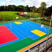 Dalles clipsables tous sports - Foot, basket, rollers, handball - Ce sol convient parfaitement à un usage extérieur, été comme hiver et ce, quelles que soient les conditions climatiques. Propriétés ergonomiques pour le dos et les articulations.