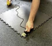 Dalles pvc anti-statiques & esd - Clipsables - Dalles pvc esd conductrices, dissipatrices et antistatiques pour tous supports dans le domaine de l'industrie. Kit de mise à la terre et d'une bande carbonée créant un sol conducteur sûr qui peut être utilisé comme sol primaire