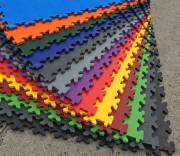 Dalles PVC sols - Garage atelier - Traitement hydrocarbures - Nos dalles sont conçues pour l'activité rude du garage et d'un atelier où de nombreuses substances chimiques peuvent endommager le sol. Garantie 12 ans