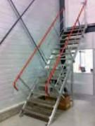 Escalier droit avec main courante anodisée rouge - En aluminium
