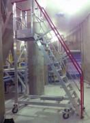 Escalier mobile à palier accès sous silo - Sous le silo de stockage du sucre pour son guidage sur la chaîne de convoyage