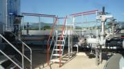 Escaliers à palier double accès sur site pétrochimique - Structure aluminium 100x30 et 110x35 mm