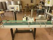 Étiqueteuse montée sur tapis de banderolage - Machine d'étiquetage avec transporteur à vitesse variable