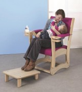 Fauteuil d'allaitement - Matériaux : éléments bois en hêtre massif.