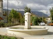 Fontaine urbaine en pierre - Avec éclairage des jets d'eau