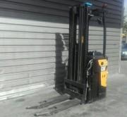 Gerbeur porté debout d'occasion - Capacité de levage1 600 kg - Année : 2012