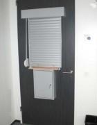 Guichet rideau sur porte intérieure - Fermer l'accès au local courrier