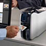 Imprimante cartes PVC Zebra ZC100 - Cette imprimante carte plastique imprime des cartes en pleine couleur ou en monochrome de bord à bord.