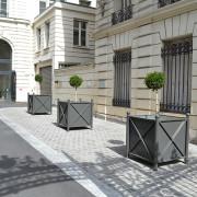 """Jardinière urbaine carrée - 4 poteaux en tube acier 76,1 x épaisseur 3,2 mm, tête """"boule"""" en acier Ø 90 mm"""