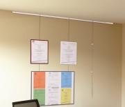 Kit d'accrochage pour cadre - Kit comprenant un rail de 2 m, 3 tiges, 6 crochets
