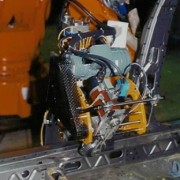 Machine de gaufrage robotisée pour le marquage VIN pour plaque de sol - Marquage par marguerite