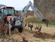 Mini pelle sur l'avant tracteur - Creuse, vrille, charge et benne
