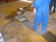Nettoyage de sol d'atelier et de sol avec reste de peinture - Industrie