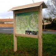 Panneau affichage en bois avec toiture - Poteaux carrés section : 120 x 120 mm