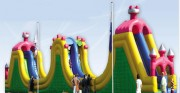 Parcours d'obstacle gonflables style château - Dimensions : longueur 20,0m x largeur 4,0m x hauteur 6,5m