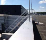 Passerelle double accès extérieur sur bâtiment industrie - Fixation au sol et sur l'acrotère - En aluminium