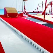 Piste d'acrobatie - Dimensions (L x l)  : 14 x 2 m