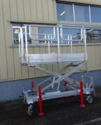 Plate forme réglable en hauteur - Structure aluminium 100x30 mm - Échelle d'accès en 2 parties