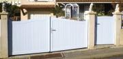 Portail battant PVC blanc plein - Montant : 120 x 28 mm