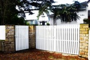 Portail PVC blanc ajouré droit - Barreaux : 120 x 28 mm