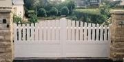 Portail PVC blanc coulissant - Barreaux : 100 x 20 mm