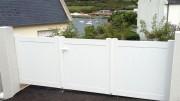 Portail PVC plein - Montant : 120 x 28 mm