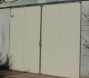 Porte coulissante pour hangar - Panneaux en aluminium encadrés de cornières galva