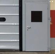 Porte piétonne industrielle - Renforts intérieurs en acier