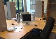 Poste de travail moderne pour 4 personnes - Les supports sont équipés de vérins de réglage