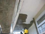 Préparation de surface pour application de couche avec spatule/rénovation de balcon. - Bâtiment et rénovation