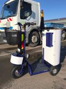 Scooter électrique de nettoyage - Triporteur pour les collectivités dans leur mission de nettoyage et d\'entretien des voiries, espaces verts et la collecte des déchets.