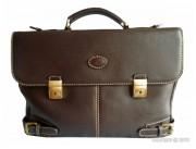 Serviette en cuir avec 2 serrures à clé - 2 compartiments et une grande poche centrale - Coloris brun, surpiqué beige clair