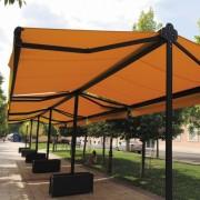 Store extérieur double pente - L'abri rétractable communément appelé « double pente » est idéal pour abriter la terrasse d'un café ou d'un restaurant. Les clients du commerce sont ainsi confortablement attablés et peuvent profiter de l'extérieur