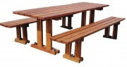 Table et banc en mélèze - Dimensions plateau (cm) : 78 x 240