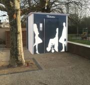Toilette publique à façade métallique - Avec silhouettes sur la façade