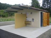Toilettes exterieur avec 2 WC pour voyageurs