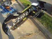 Trancheuse sol à motoréducteur pour tractopelle - Montage possible sur attache rapide, coupleur à axes