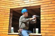 Travaux d'installation de fenêtre en bois